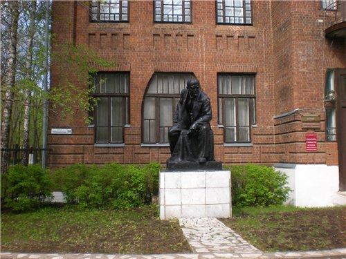 Ильич на фоне краеведческого музея