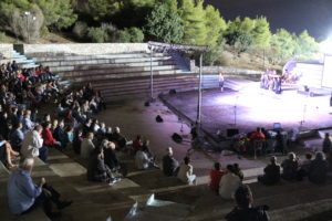 11 зрителей заставляют смотреть выступление комсы сидя на каменных ступеньках